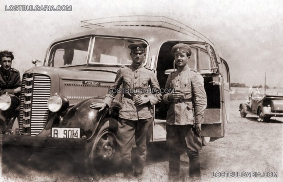 """Офицери с военен автобус Фарго край Мало Бучино, август 1939 г. Снимка: """"Изгубената България"""""""