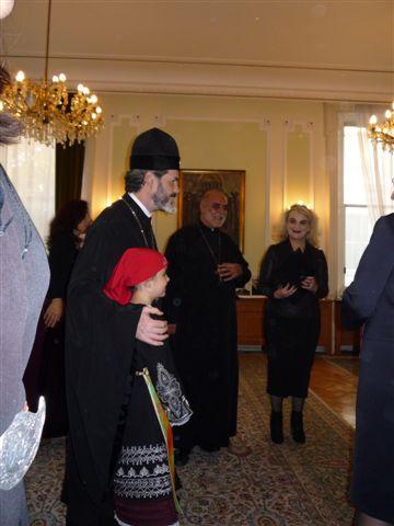 Западноевропейският митрополит Антоний с едно от децата от българското училище към посолството ни в Лондон. Вдясно е Здравка Момчева, преподавател по БЕЛ в училището