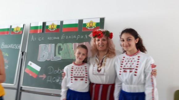 -жа Громан с две от децата, участвали в празника.