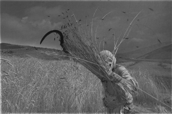 Едно от малко познатите снимки на Юри. Тя е от албанската серия на фотографа