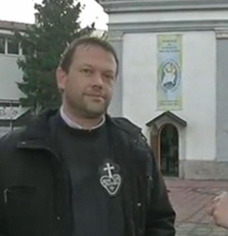 Католическият свещеник Паоло Кортезе, който служеше в Белене, бе отзован и си тръгва от България. Той бе приютил в църквата семейство легални бежанци от Сирия, срещу което в Белене имаше протести.