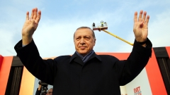 epa05897565 A handout photo made available by Turkish President Press office shows, Turkish President Recep Tayyip Erdogan cheers his fans during a 'Vote Yes' rally in Istanbul, Turkey, 08 April 2017. A referendum on the constitutional reform in Turkey will be held on 16 April. The reform, passed by Turkish parliament on 21 January, would change the country's parliamentarian system of governance into a presidential one, which the opposition denounced as giving more power to Turkish president Recep Tayyip Erdogan. EPA/TURKISH PRESIDENT PRESS OFFICE HANDOUT HANDOUT EDITORIAL USE ONLY/NO SALES