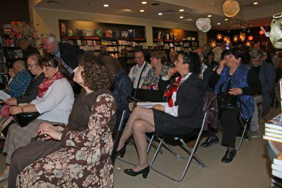 В средата на снимката, на третия видим ред, са авторите Любов Алипиева и Валентин Евстатиев
