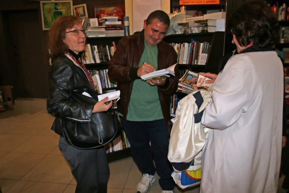 Виктор Хинов надписва книги