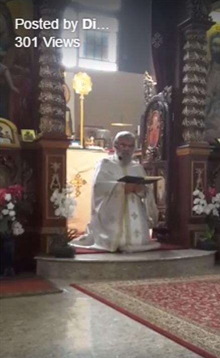 Отец Димитър по време на коленопреклонната молитва на Петдесетница