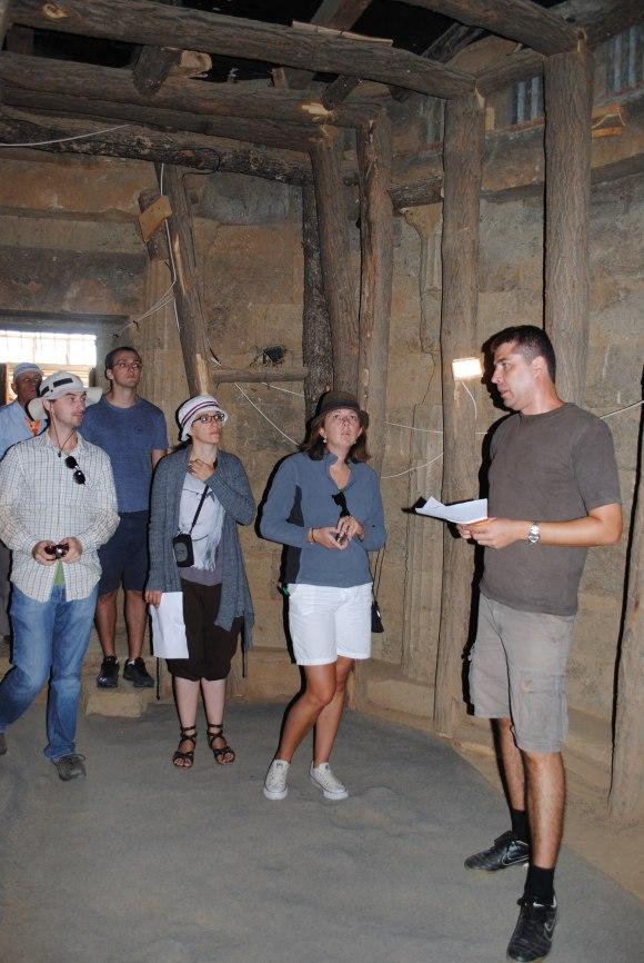 Д-р Емил Нанков, завеждащ археологическата програма на АНЦС и стипендианти на АНЦС за 2011-12 изучават тракийския култов комплекс до село Старосел открит и разкопан от Георги Китов през 2000 г.