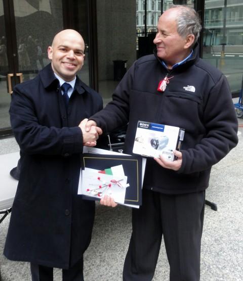 Никола Чаракчиев получава наградата видеокамера Сони от Генералния консул Симеон Стоилов