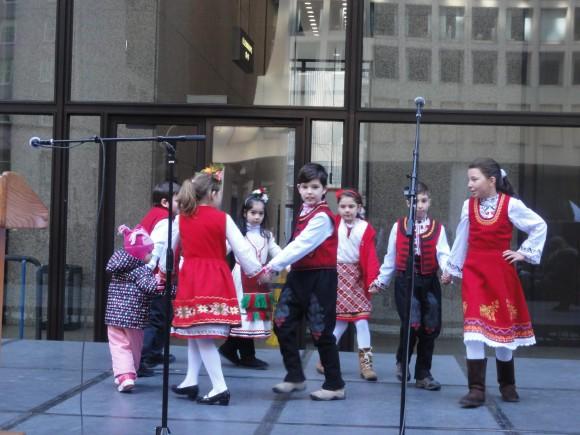 """""""Шарено хорце"""" - изпълнение на децата от Малко българско училище"""