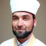 """Районният мюфтия Айдън Мохамед е завършил СИУ """"Иса Бег-Медресе"""" в Скопие и Висшия ислямски институт в София."""