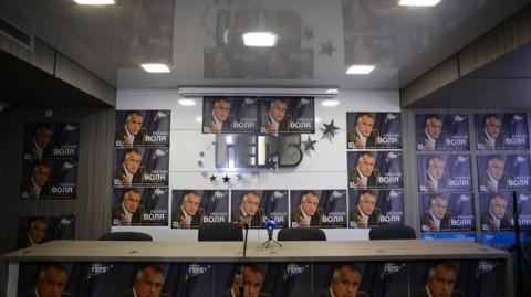 """Залата за пресконференции беше облепена с плакати на Бойко Борисов. Снимка: Цветелина Белутова, в. """"Капитал"""""""