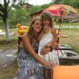 Обвинената в много сериозни престъпления Гергана Николова с дъщеря си. Снимка: Фейсбук