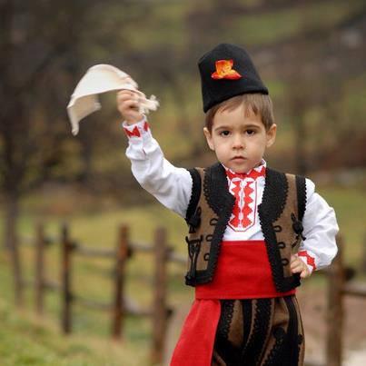 Едно от многобройните български деца в чужбина в народна носия. Снимка: Фейсбук