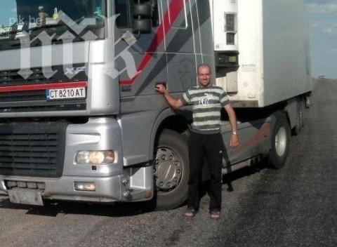 Стоян Проданов, сниман до ТИР-а, с който е пътувал по пътищата на света, преди да стане жертва на нелеп инцидент на един челябински паркинг. Снимка: ПИК