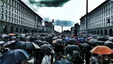 Тази снимка, запечатала момент от многото дни на протести в София, авторът е качил като корица на профила си във Фейсбук.