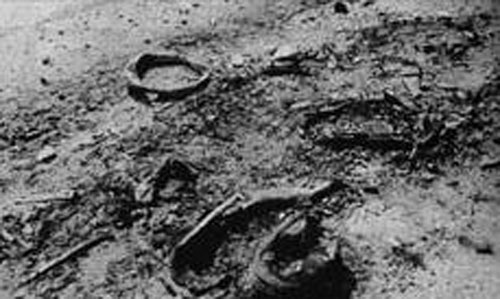 Обувките на един от изгорелите войници, сред които и бащата на Атанаска. Снимка: fusion.blog.bg