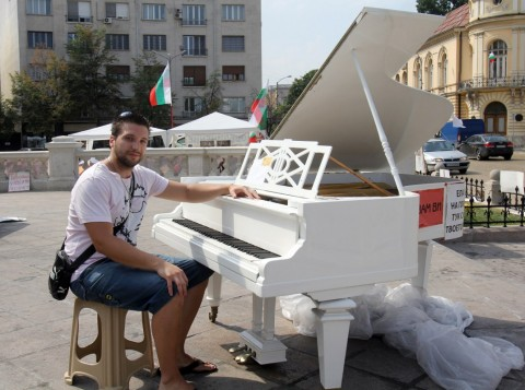 Наско е протестиращ отскоро – в нощта на сблъсъците видял белия роял… и му се присвирило