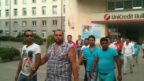 """Контрапротестиращи, току що слезли от автобус, паркиран на бул. """"Тодор Александров"""", се отправят към Президентството."""