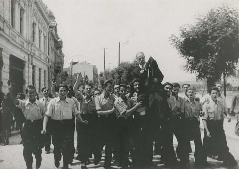 Гимназисти посрещат Коце Ципушев при завръщането му в Македония през 1941 г. Снимка: Уикипедия