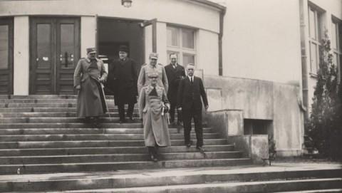 Сръбският крал Александър на посещение в ново училище в Скопие. Снимка: http://pescanik.net