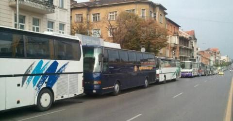 """Над 60 автобуса от цялата страна доведоха """"кошаревски свитедели"""" да подкрепят правителството на Орешарски."""