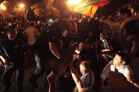 Нощта на сблъсъците пред парламента. Снимка: Sofia Photo Agency