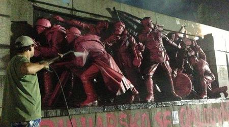 Ново чистете на прословутоия паметник в признателност на Съветската армия