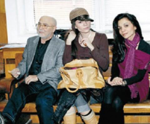 """Митко Щерев с дъщерите си Рая и Александра. Снимка: в. """"Веселяк Сирак"""""""