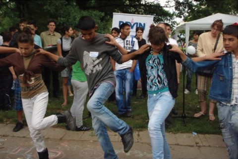 """Деца танцуват в лагер-школа """"Приятели"""". Снимка: в. """"Сирак"""""""