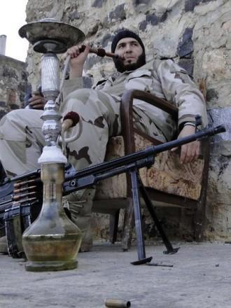 Наргиле, картечница и домашен фотьойл край дребните стени на Алепо. Снимка Ройтерс