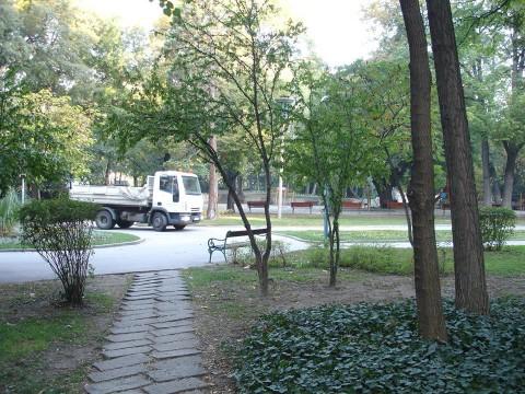 По алеите на Цар Симеоновата градина редовно се разкарват камиони. Снимка: Фейсбук