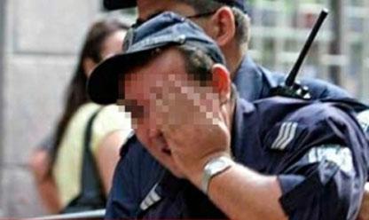 """Полицай се държи за главата, след като е бил нападнат с винкели от разярени роми в Първомай. Снимка: в. """"Марица"""""""