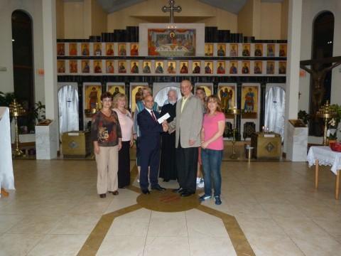 """Генералният консул Симеон Стоилов връчва чека на председателя на църковното настоятелство на """"Св. София"""" - Чикаго."""