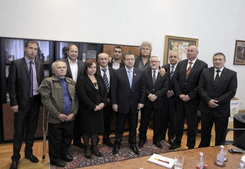 Снимката на участниците във вчерашната историческа в някакъв смисъл среща е от сръбското издание Telegraf.rs.