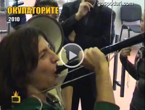 Студентът Ангел Златков надува вувузел като участник в протест срещу орязаните пари за образование от правителството на ГЕРБ, 2010 г.