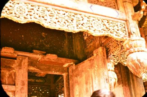 Нереставрирана, но оцеляла дърворезба в изоставена къща в Южен Китай