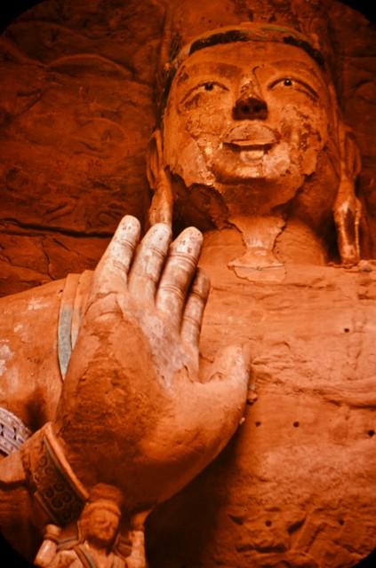 Статуя на Буда от скалния комплекс в Лоян