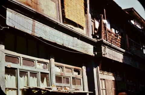 Улица в Кантон с боядисани в сиво по време на т.нар. Културна революция фризове на фасади