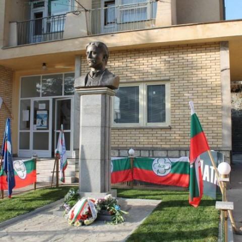 """Паметникът на Левски пред КИЦ """"Босилеград"""""""