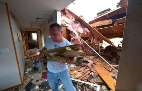 Жител на Вашингтон, Илинойс, сред руините на дома си