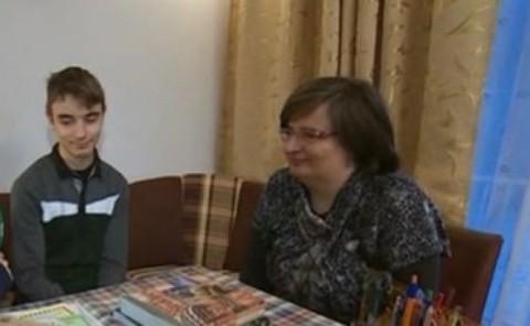 Божидар Маринов и неговата майка. Снимка: bTV