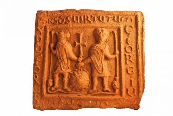 Светците Христофор и Георги са изобразени заедно, като първият има бича глава. Св. Георги пък виждаме по различен от познатия ни начин, характерният змей тук е издължена змия.
