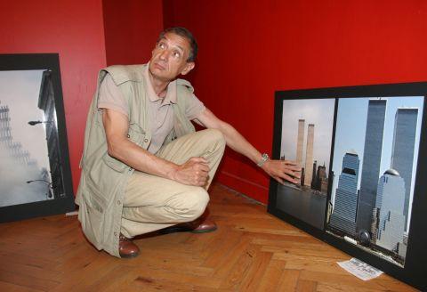 """Инж. Божидар Янев показва кулите близнаци преди трагедията. Снимки Aни Петрова, в. """"Новинар"""""""