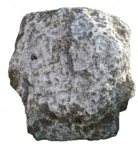 Камъкът с образа може да е създаден за гробницата, но е възможно да е взет от преди изградена тук друга гробница.