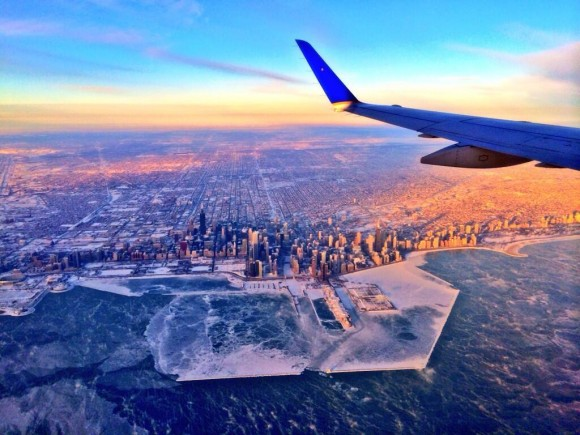 Тази невероятна снимка на приличащия на тундра Чикаго е направена от пилота Hank Cain.