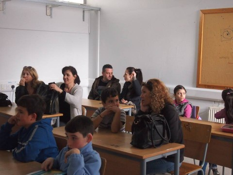 Деца и родители слушат заедно открития урок за Левски