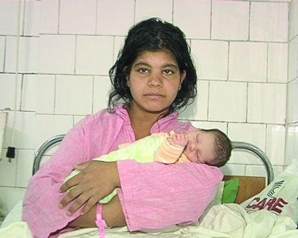 14-годишна родилка държи в ръце второто си дете в болницата в Дупница. Момичето на снимката е от ромския етнос и се е омъжило на 11 години.