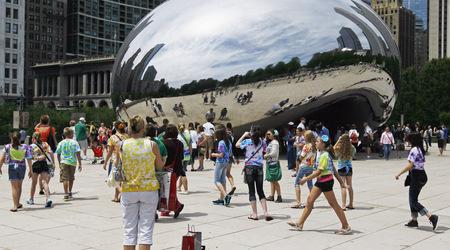 Хиляди се тълпят пред емблематичната скулптура Cloud Gate в Милениум парк в Чикаго. Снимка: Associated Press