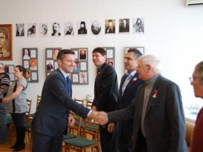 Вигенин се ръкува с украински българи по време на скорошното си посещение в Одеса. Снимка: МВнР