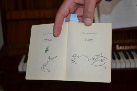 """Сред включените произведения са """"Люти чушки"""" на Радой Ралин, книга с епиграми, илюстрирани от художника Борис Димовски, която след отпечатването й през 1968 г. е иззета от властта и изгорена, а авторът й години наред e следен от Държавна сигурност. На снимката (вдясно) е епиграмата, в рисунката към която Тодор Живков разпознава подписа си в опашката на прасето. Снимка: Христо Христов"""