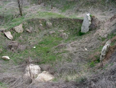 Снимка: Любомир Цонев, Вalkanmegaliths.bgjourney.com. Състоянието на културния паметник през април 2009 г.